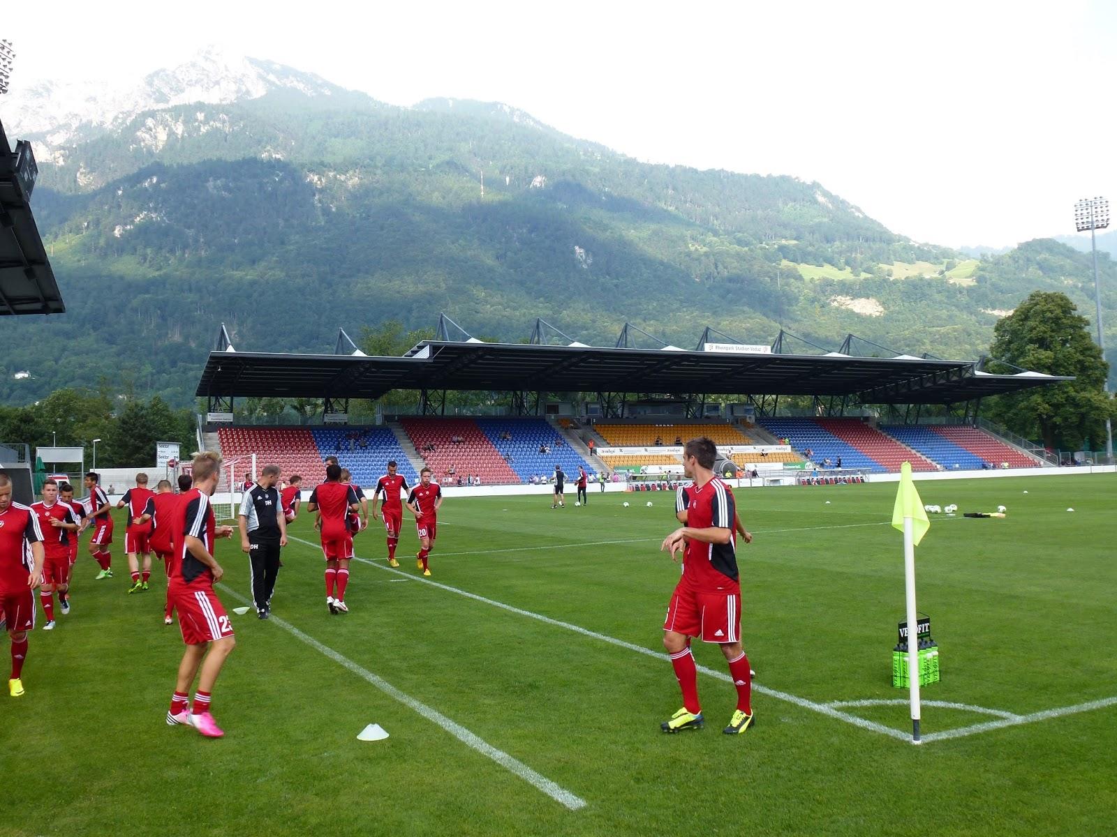 Футболисты тренируются на местном стадионе