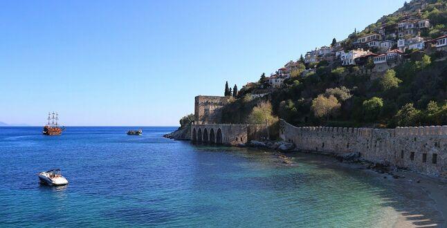 Власти Антальи запретили туристам купаться в некоторых местах